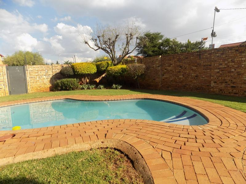 Property For Sale in Wilgeheuwel, Roodepoort 7