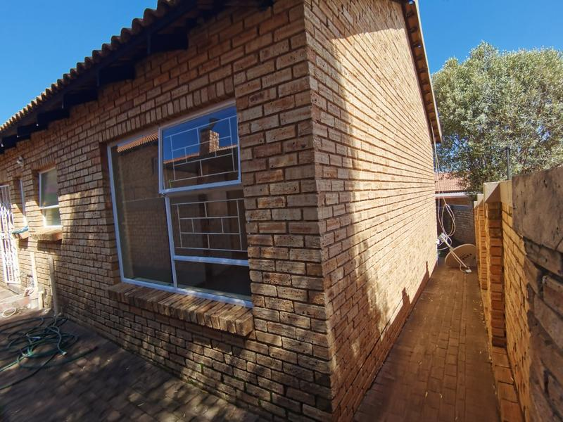 Property For Sale in Wilgeheuwel, Roodepoort 14