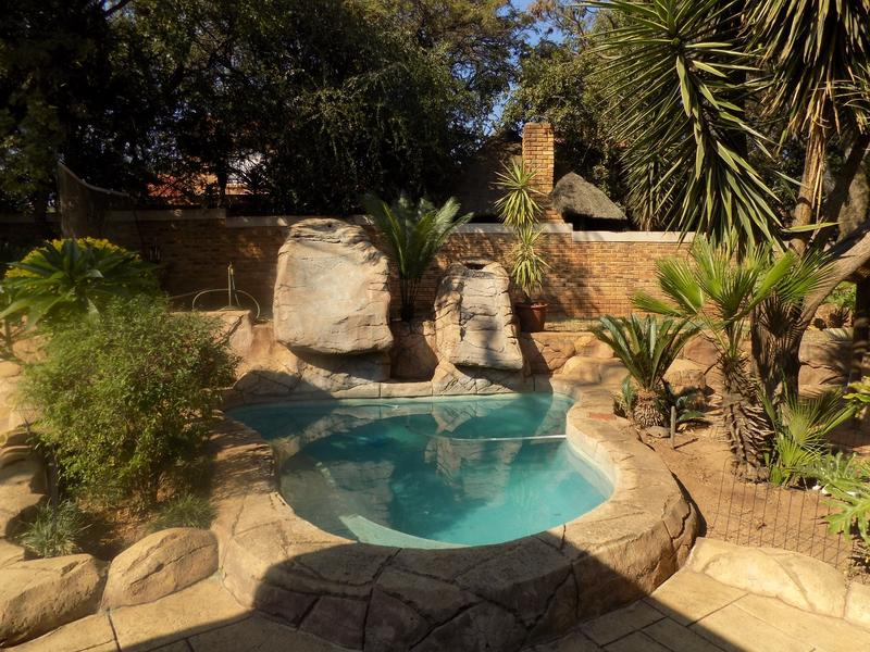 Townhouse For Sale in Wilgeheuwel, Roodepoort